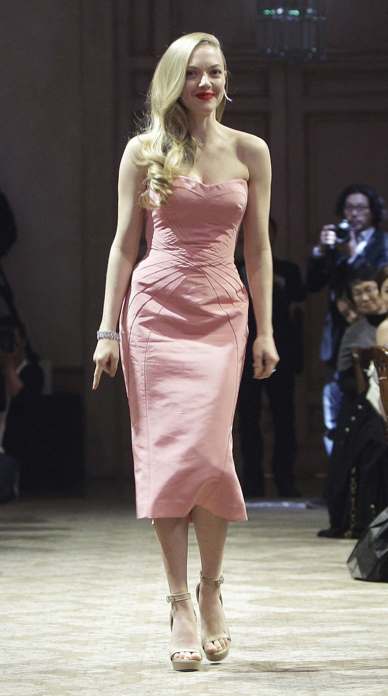 अमांडा seyfried zac posen pink dress