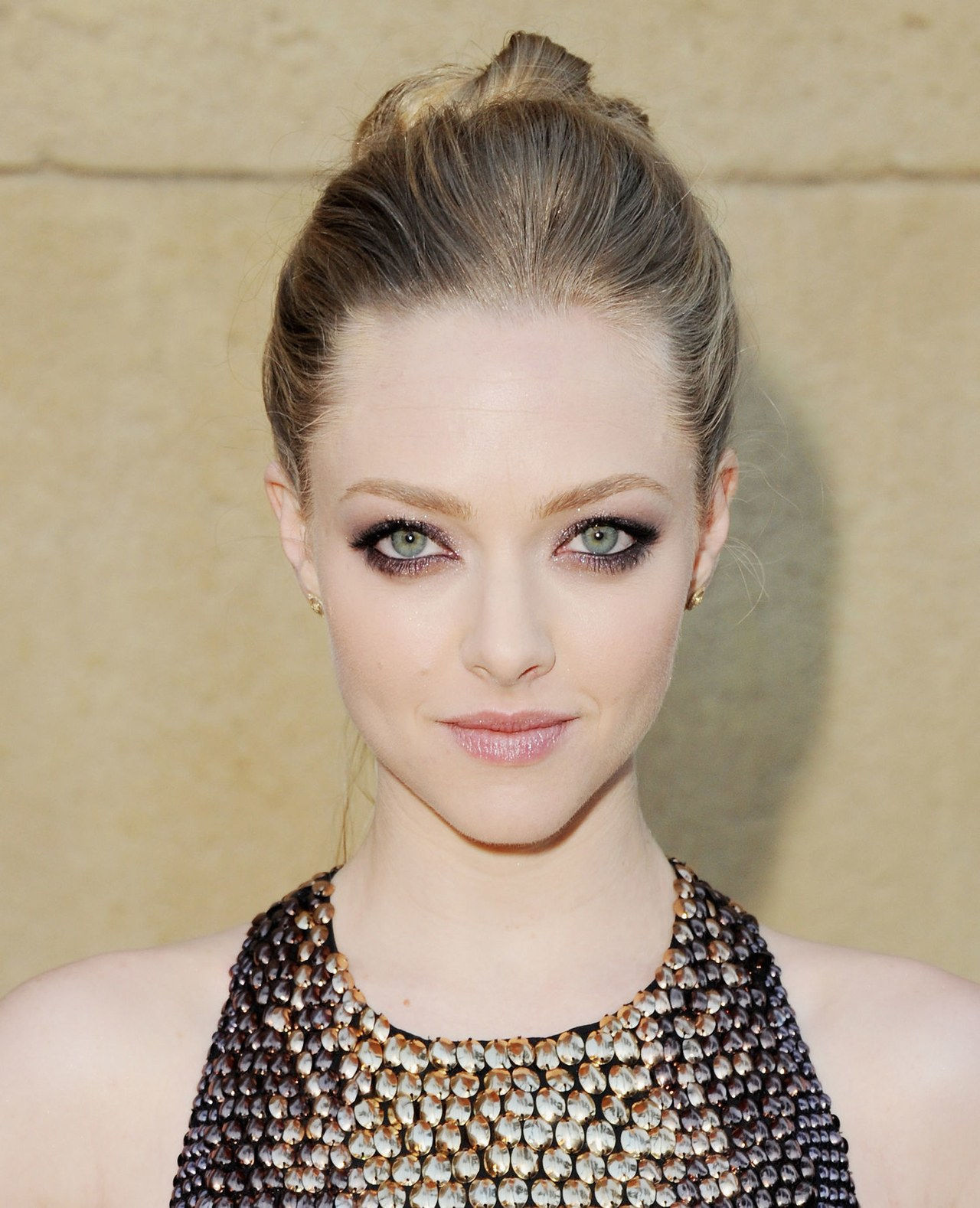 amanda seyfried smoky eye makeup linda lovelace premiere