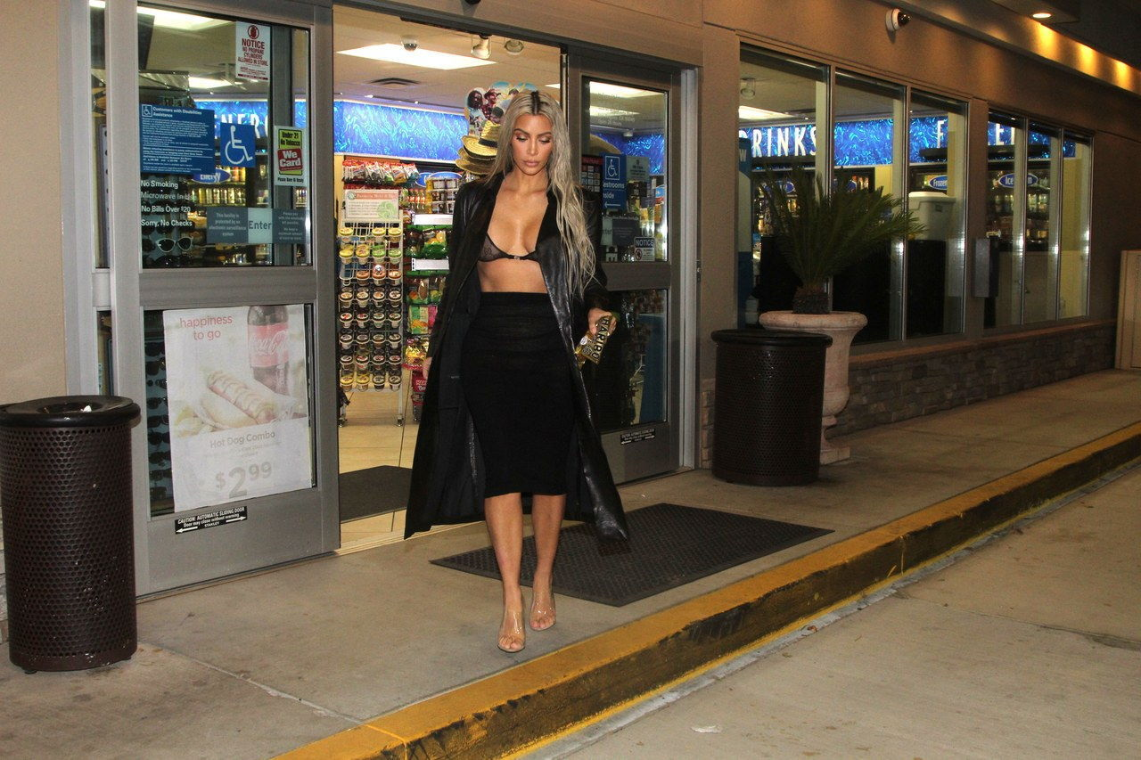 EXCLUSIF: Kim Kardashian seen making a stop at a gas station to pick up a packet of Haribo after having dinner with friends in Brentwood